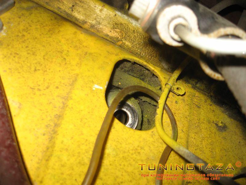 снятие передних амортизаторов вид сверху из под капота
