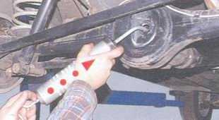 статья про Проверка уровня и доливка масла в картер заднего моста автомобиль ВАЗ 2106