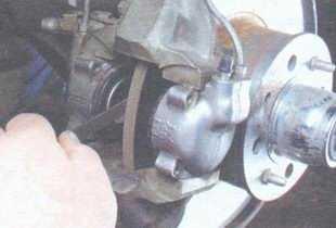 статья про Замена тормозных колодок тормозного механизма переднего колеса на автомобиле ВАЗ 2106
