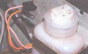 статья про Проверка уровня и доливка тормозной жидкости в бачок гидропривода тормозов автомобиль ВАЗ 2106