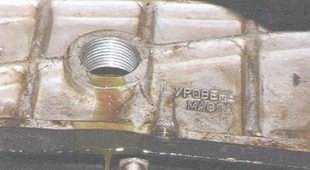 статья про Проверка уровня и доливка масла в коробку передач автомобиль ВАЗ 2106