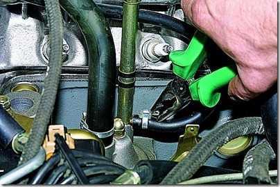 Снятие маслоотделителя системы вентиляции картера ВАЗ 21213, 21214 (Нива)