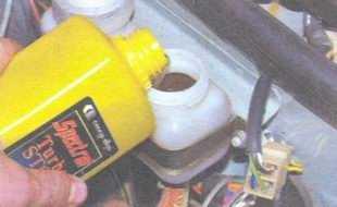 статья про Проверка уровня и доливка жидкости в бачок гидропривода сцепления автомобиль ВАЗ 2106