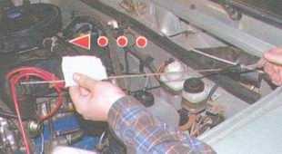 статья про Проверка уровня и доливка масла в двигатель автомобиля ВАЗ 2106