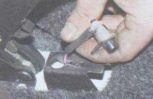 статья про замена выключателя контрольной лампы включения стояночного тормоза ВАЗ 2106