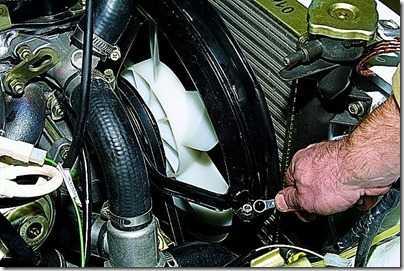 Снятие кожуха вентилятора карбюраторного двигателя ВАЗ 21213, 21214 (Нива)