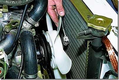 Снятие крышки насоса охлаждающей жидкости ВАЗ 21213, 21214 (Нива)